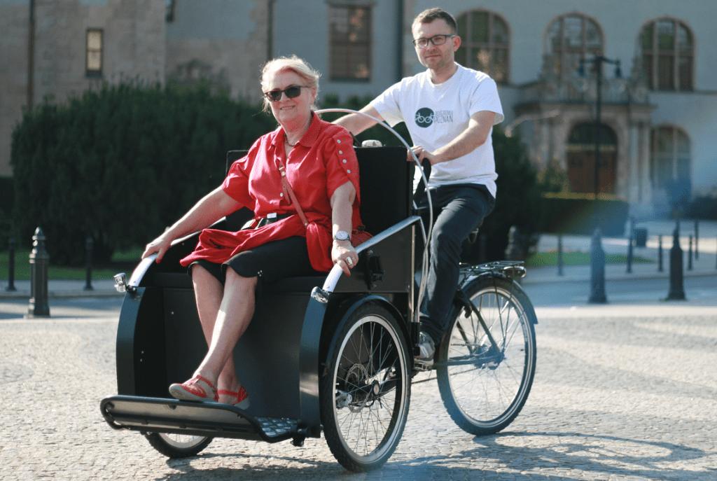 Seniorka z Poznania wożona rikszą przez wolontariusza